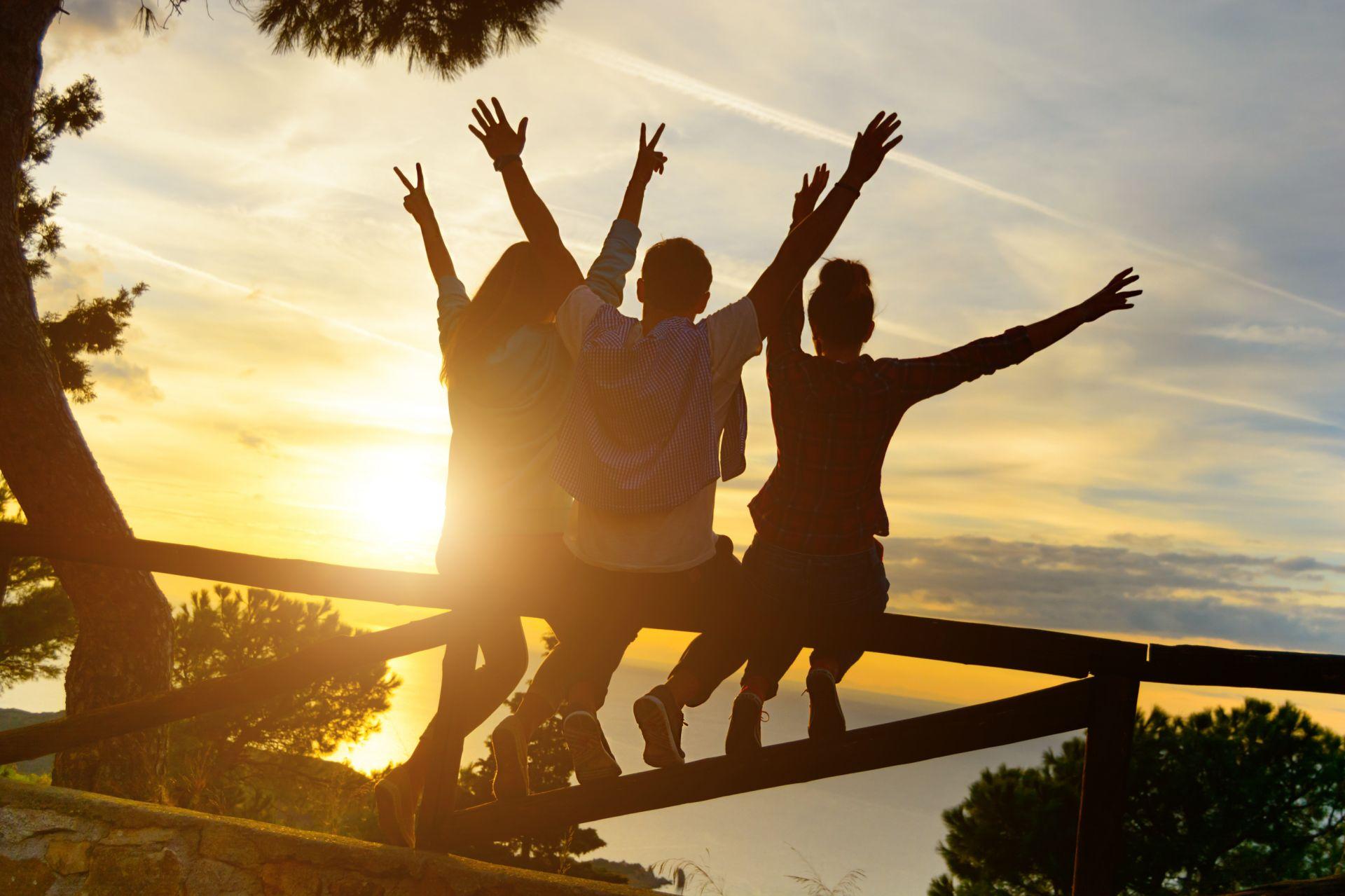 přátele na výletě při západu slunce