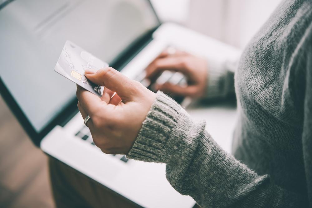 Osoba držící kreditní kartu