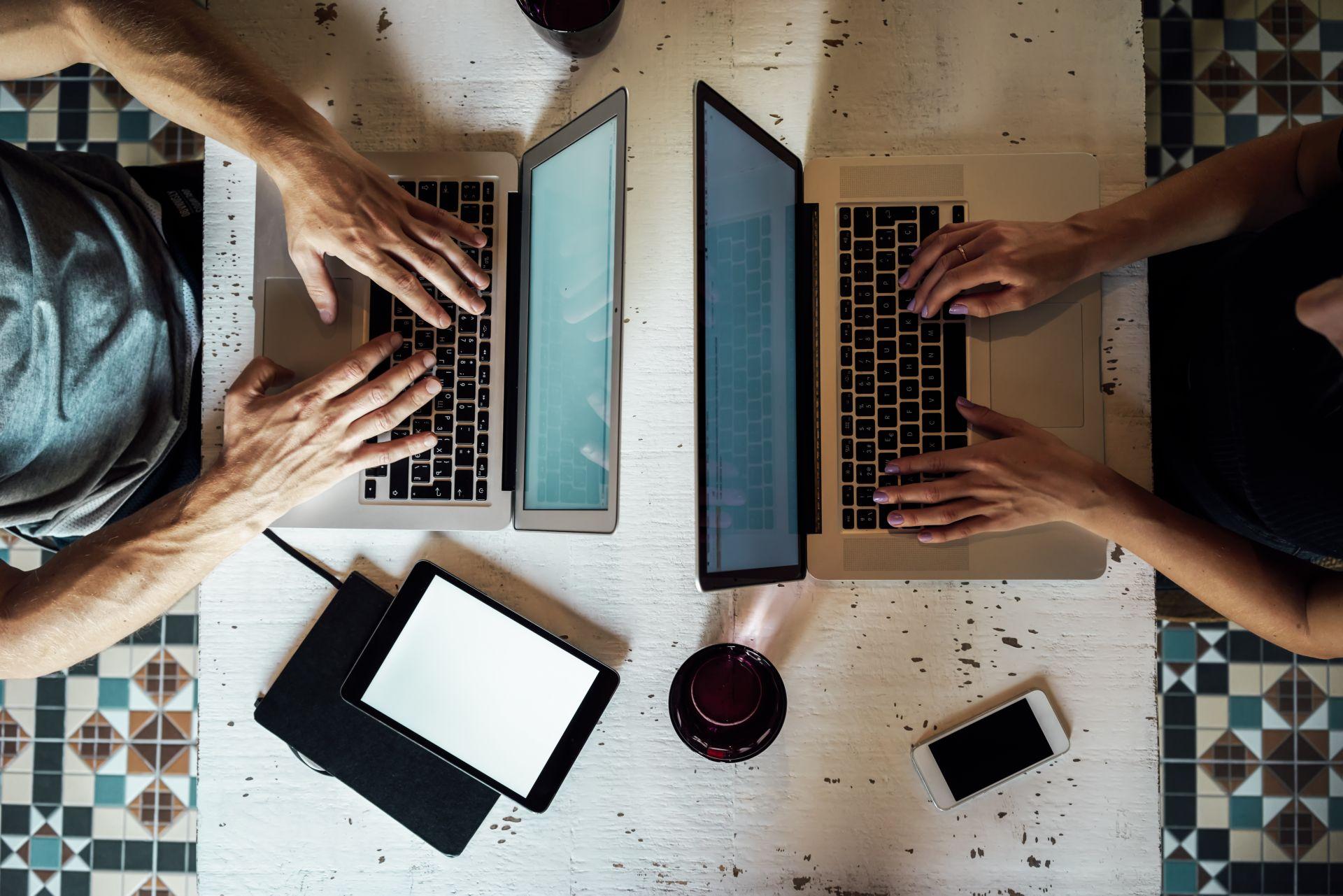 studenti pracující na laptopech