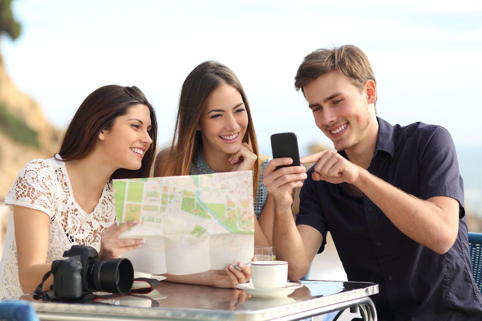 Mladí lidé plánují cestování